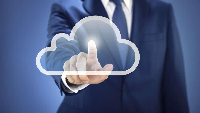 Image représentant un nuage au premier plan et un homme au fond