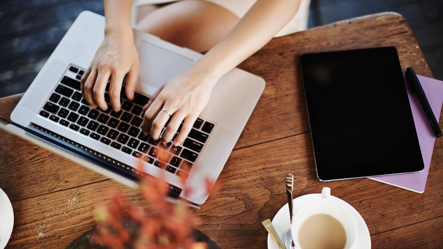 Femme utilise un ordinateur.